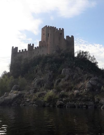 Templarska utvrda Almourol iz XIII.st. nalazi se na otočiću u rijeci Tejo (Težo), nekoliko kilometara uzvodno od mjesta Nova Vila da Barquinha, a prilaz joj je moguć jedino vodenim putem (čamcem)!